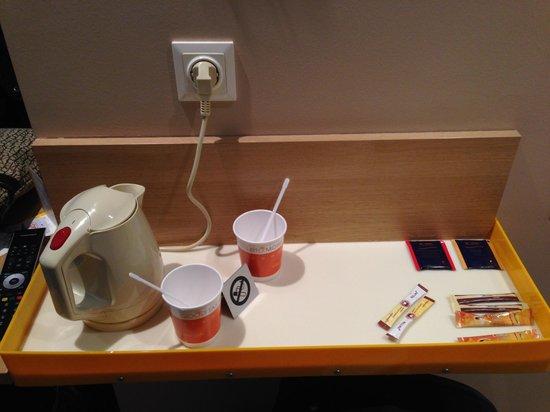 LetoMotel Muenchen Moosach : bollitore a disposizione  per thè e caffè