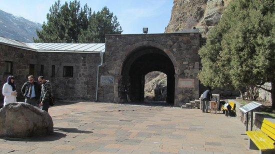The Monastery of Geghard: Ворота в Гехард