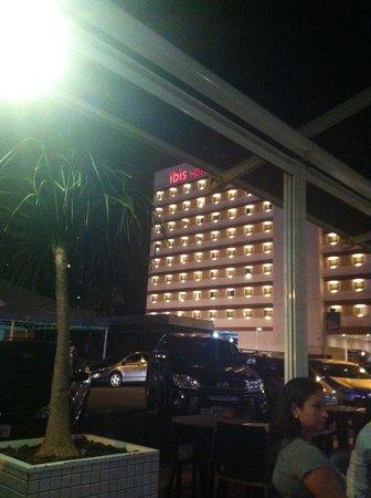 Ibis Foz Do Iguacu: Vista do restaurante para fachada do Ibis.