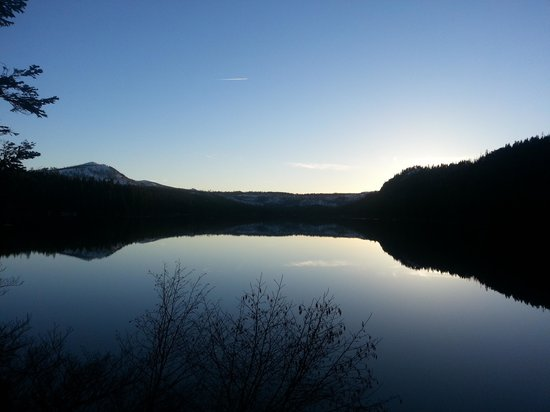 The Lodge at Suttle Lake : Sunset on the lake