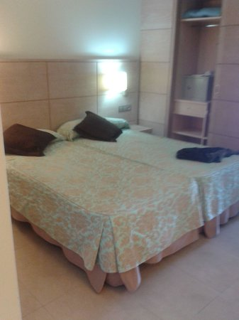 Hotel  Arenas del Mar: Room 110 beds/wardobe/ safe