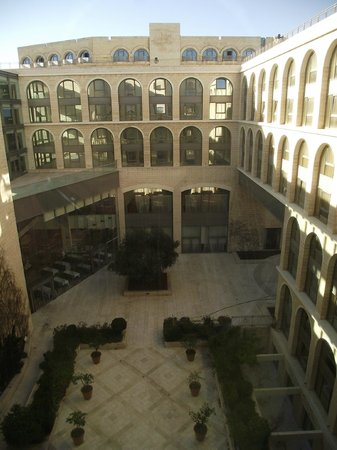 Grand Court Hotel: View over the inner courtyard