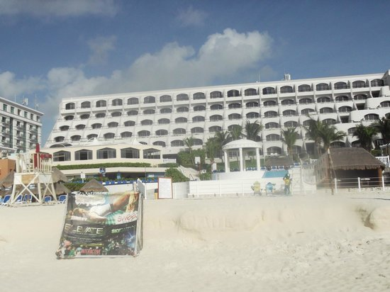 Golden Parnassus All Inclusive Resort & Spa Cancun: Hotel from the beach