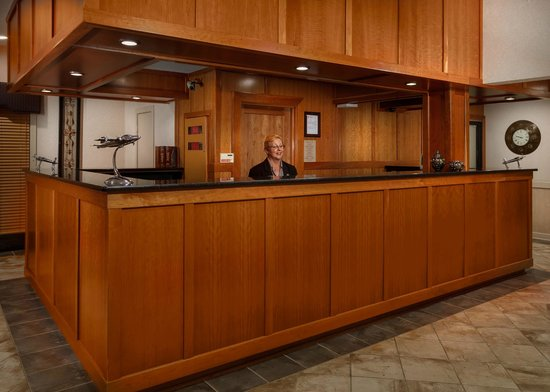 Mulberry Inn and Plaza at Fort Eustis : Front Desk