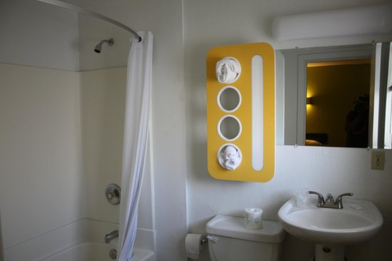 Motel 6 San Rafael : Updated Bathrooms