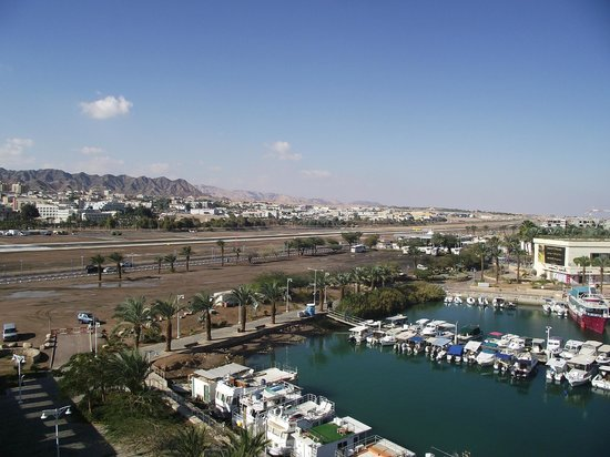 Dan Panorama Eilat : View of the airport runway and the lagoon