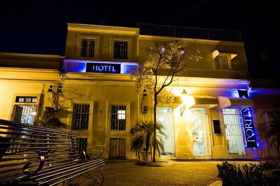 Hotel Portes 9: Front at Night