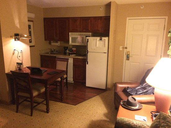 Homewood Suites Dulles International Airport: Kitchen area