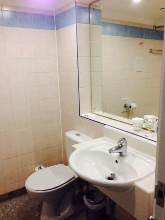 Mercure Manchester Piccadilly Hotel : Bathroom - needs updating
