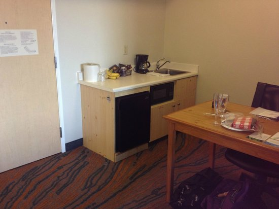 SpringHill Suites Prescott: Counter and sink/microwave/refrigerator