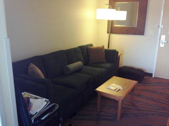سبرنجهيل سويتس باي ماريوت بريسكوت: Fold out couch area
