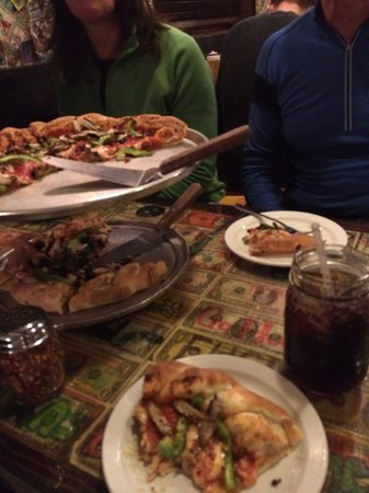 Hernando's Pizza Pub : Supreme and Vegetarian