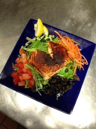 Spyglass Inn Restaurant: Blackened Salmon Salad