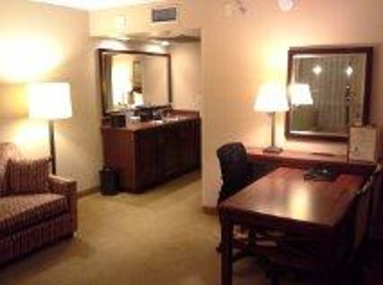 Embassy Suites by Hilton San Francisco Airport - South San Francisco: Desk / work area in room