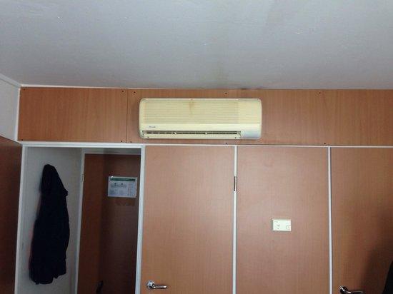 Pro Messe-Hotel Hannover : Stanza e climatizzatore giallo!