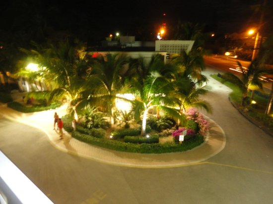 Lime Tree Bay Resort : the landscaping is beautiful and perfectly kept