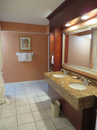 Palm Beach Shores Resort and Vacation Villas: Large bathroom, double sinks