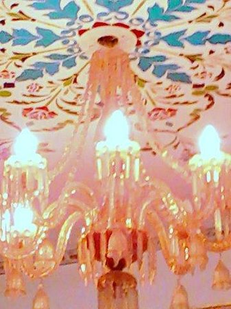 Umaid Bhawan Heritage House Hotel : Bedroom chandelier