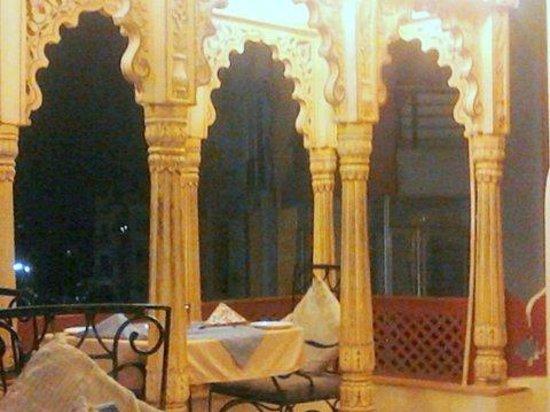Umaid Bhawan Heritage House Hotel : Nightime dining pavillion on rooftop