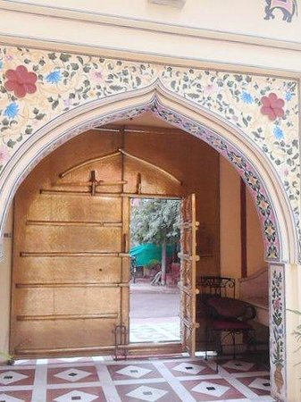 Umaid Bhawan Heritage House Hotel: Entry from road