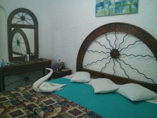 Maya Caribe Hotel: Our room! The maid left us a swan