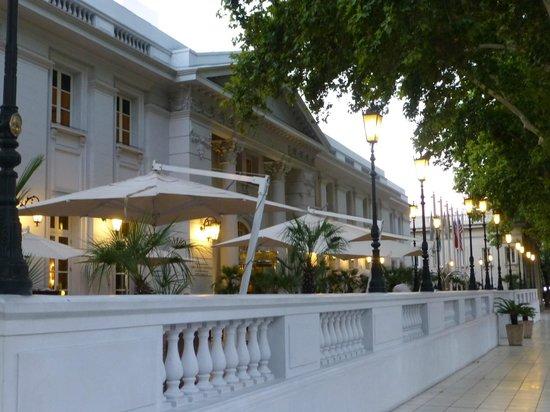 Park Hyatt Mendoza: Outdoor patio in front of the hotel