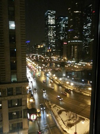 Kimpton Hotel Monaco Chicago: Chicago River along Wacker at night