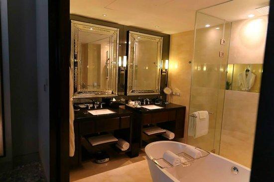 The St. Regis Bangkok : bathroom