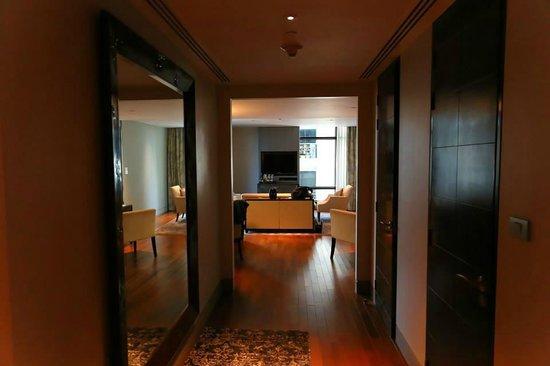 The St. Regis Bangkok : Hallway looking into living room