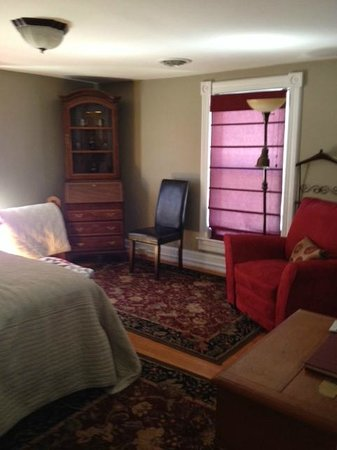 The Red Lantern Inn: King Sized room ~ private bath attached