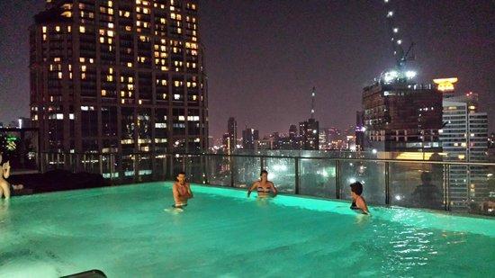 Hilton Sukhumvit Bangkok: Evening swim