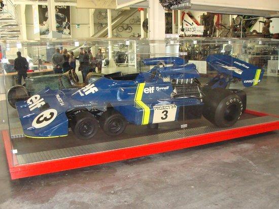 Sinsheim Auto & Technik Museum: Der legendäre 6rädrige P34 F1-Bollide von Tyrrell aus 1976.