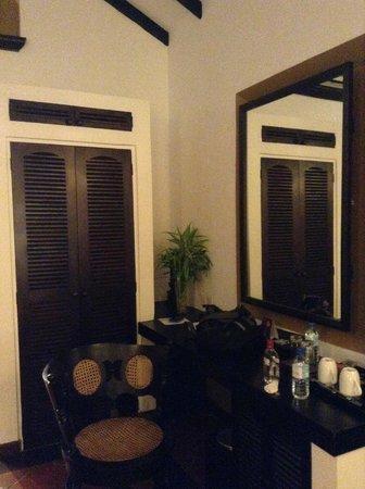 Cinnamon Lodge Habarana : Pequeño y único armario en la habitación
