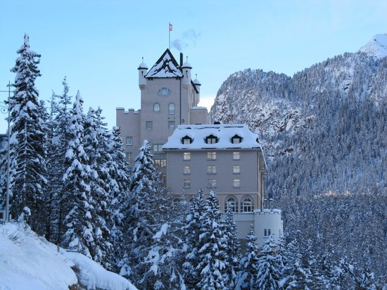 Hotel Schloss Pontresina Family & Spa: HOTEL visto dalla via Maistra