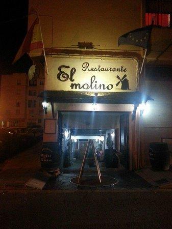 Restaurante El Molino Tapas: Foto de la fachada de noche.
