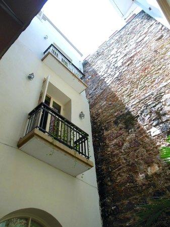 Los Cuatro Tulipanes: Los 4 Tulipanes Courtyard & Balconies