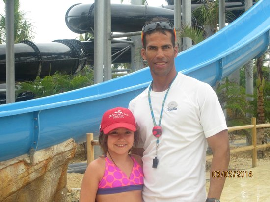 Memories Splash Punta Cana: Alyn Cordero sauveteur au prac aquatique et Mia