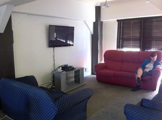 Base Wellington Backpackers: Lounge Room