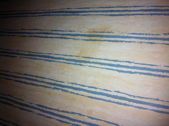 Britannia Airport Hotel: stains on wallpaper throughout room