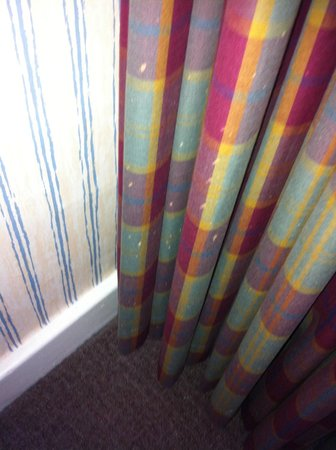 Britannia Airport Hotel: paint on curtains