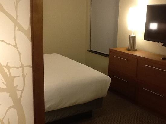 Hyatt Place Charlottesville : bed separated by a small wall