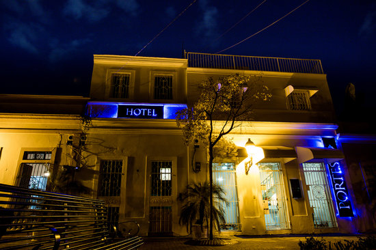 Hotel Portes 9: Front Entrance at Night