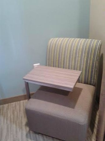 Holiday Inn Express Hotel & Suites Schulenburg : Movable tray table with chair
