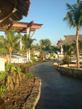 Kore Tulum Retreat and Spa Resort: walking from the villas