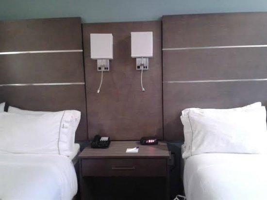 Holiday Inn Express Hotel & Suites Schulenburg: Lights over beds with adjustable reading light below