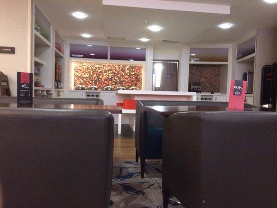 Hampton by Hilton Birmingham City North: Breakfast bar