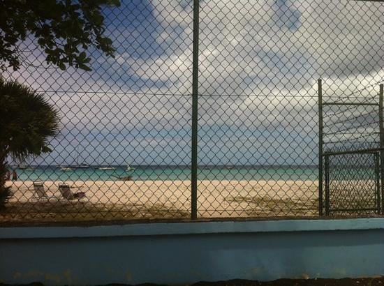 Nautilus Beach Apartments: shame about the wire fence, it spols the view!