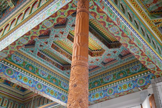 The Boulder Dushanbe Teahouse: Supporting post and ceiling of the Teahouse