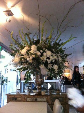 Villa Blanca: Stunning flower arrangement at entrance