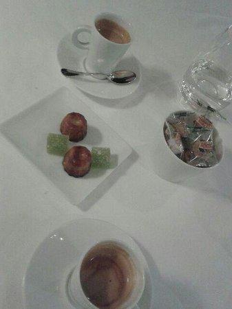 le Kaiku : Avec le café: pâtes de fruits pomme verte et cannelés.